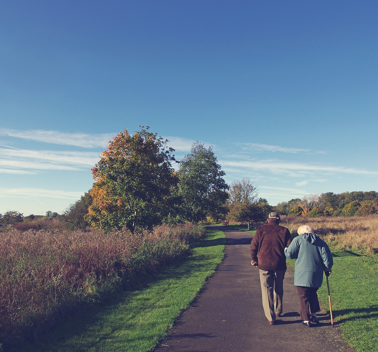 how much money do you need to retire comfortably: retired couple walking together
