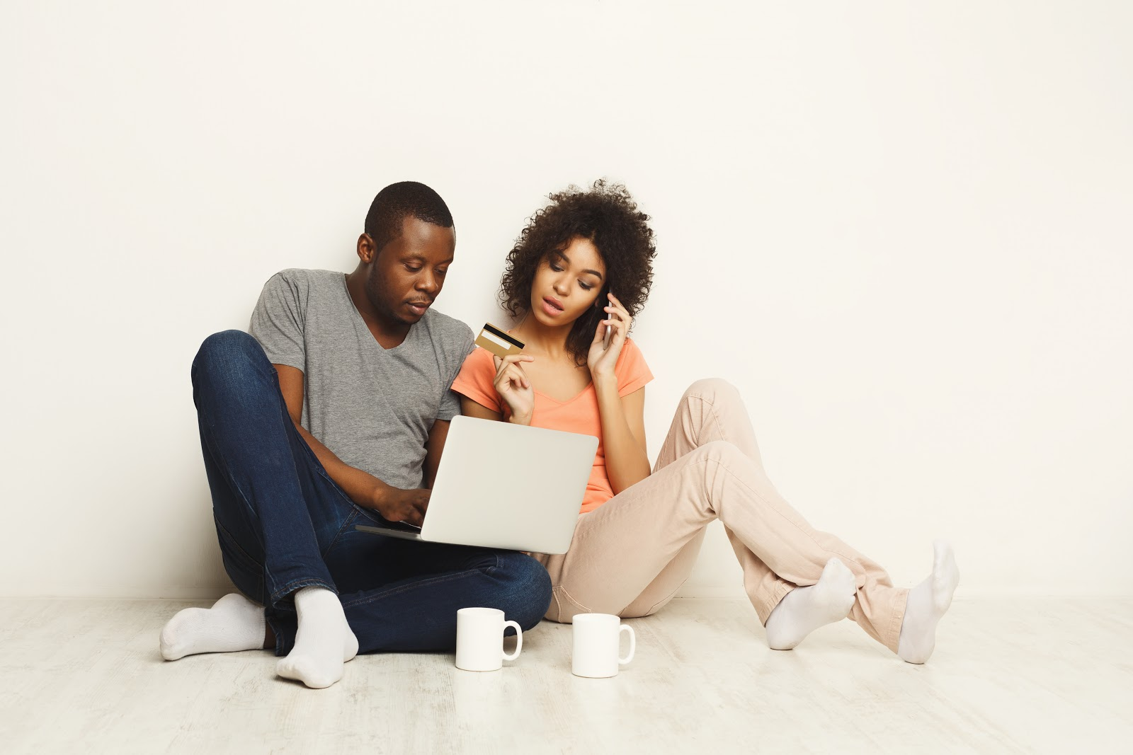 How long do late payments stay on your credit report: Couple with credit card