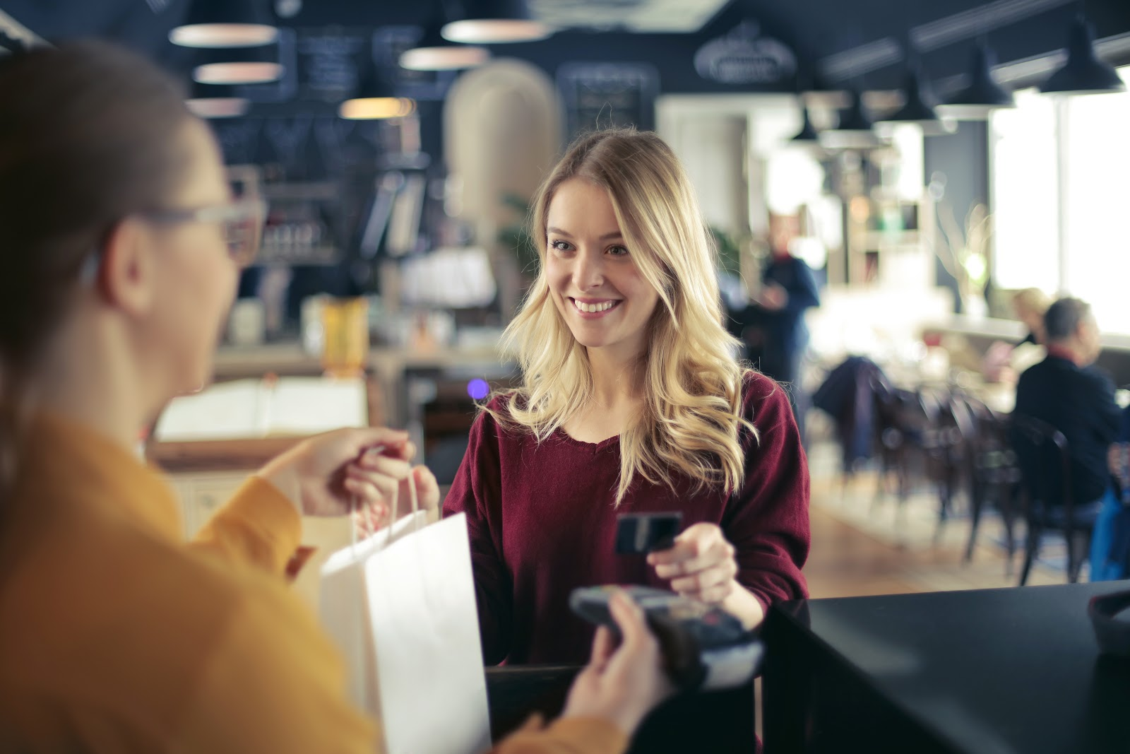 How is credit card interest calculated: Woman shopping